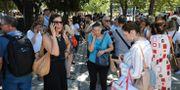Människor samlats med anledning av skalvet i Aten. ALKIS KONSTANTINIDIS / TT NYHETSBYRÅN