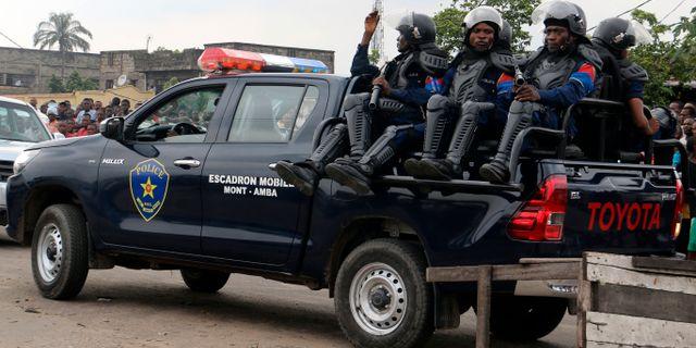 Poliser patrullerar utanför ett fängelse i Kongo-Kinshasa i onsdags. John Bompengo / TT NYHETSBYRÅN