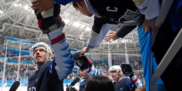 Ryan Stoa gör high five med fans i samband med OS 2018. BRIAN SNYDER / BILDBYRÅN