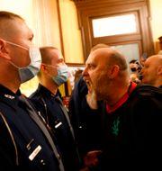 En man skriker mot vakter i stadshuset  JEFF KOWALSKY / TT NYHETSBYRÅN