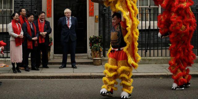 Boris Johnson ser på när det kinesiska nyåret firas i London. Matt Dunham / TT NYHETSBYRÅN