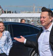 Elon Musk besöker ett av Teslas fabriker, som är under uppbyggnad, nära Berlin. Patrick Pleul / TT NYHETSBYRÅN