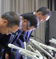 Suzukis ordförande och vd Toshihiro Suzuki bugar inför pressuppbådet när testfusket lades fram.  JIJI PRESS / JIJI PRESS