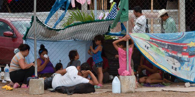 Migranter som reser i grupp mot USA tar en paus i Acacoyagua i södra Mexiko. Isabel Mateos / TT NYHETSBYRÅN/ NTB Scanpix
