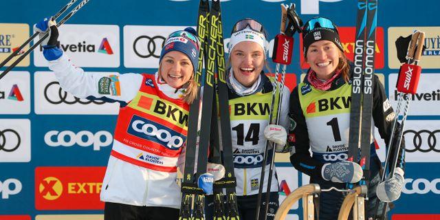 Maiken Caspersen Falla, Linn Svahn och Sophie Caldwell på pallen. PATRICK STEINER / BILDBYRÅN