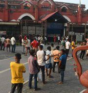 Illustrationsbild: Folk köar för att köpa alkohol i Kolkata, Indien, efter lättade restriktioner. DIBYANGSHU SARKAR / TT NYHETSBYRÅN