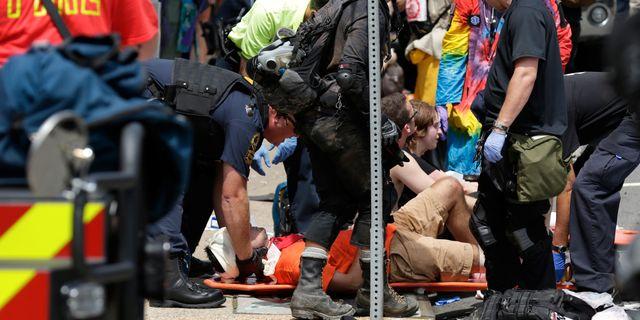 Flera personer skadades när en bil plöjde en vit makt-demonstration i Charlottesville. JOSHUA ROBERTS / TT NYHETSBYRÅN