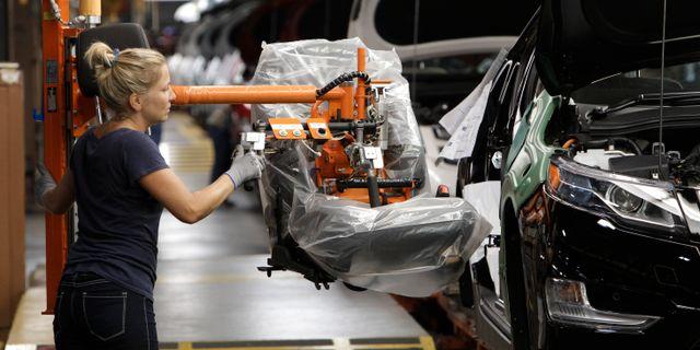 Illustrationsbild: Arbetare på Chevrolet-fabrik. Paul Sancya / TT NYHETSBYRÅN