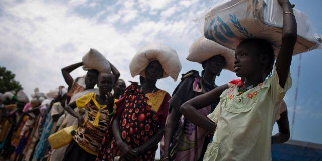 Mat delas ut till fattiga i Sydsudan. Kate Holt / TT NYHETSBYRÅN