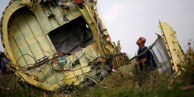 En malaysisk inspektör vid platsen där planet störtade. MAXIM ZMEYEV / TT NYHETSBYRÅN