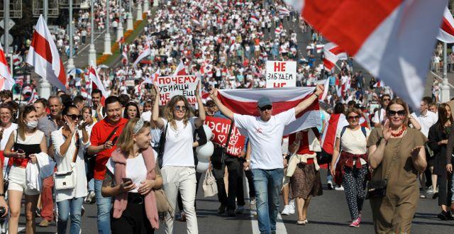 Demonstranter i Minsk under söndagen.  TT NYHETSBYRÅN