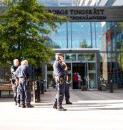 Det var stor polisnärvaro vid Göteborgs tingsrätt när rättegången startade mot tre män med nazistanknytning som står åtalade för allmänfarlig ödeläggelse. ANDERS YLANDER/TT / TT NYHETSBYRÅN