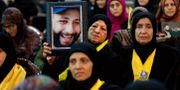 Hizbollah-anhängare håller upp bild på Hassan Nasrallah. Bilal Hussein / TT / NTB Scanpix