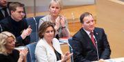 Applåder under debatten inför statsministeromröstningen. Jessica Gow/TT / TT NYHETSBYRÅN