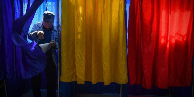 Väljare i Bukarest idag. DANIEL MIHAILESCU / AFP