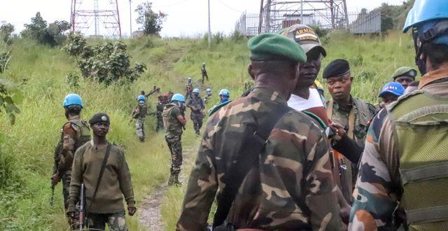 FN-styrkor och kongolesiska styrkor på platsen där mordet skedde. Bild från måndagen. Justin Kabumba / TT NYHETSBYRÅN