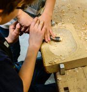 Barn på träslöjden. Anders Wiklund/TT / TT NYHETSBYRÅN