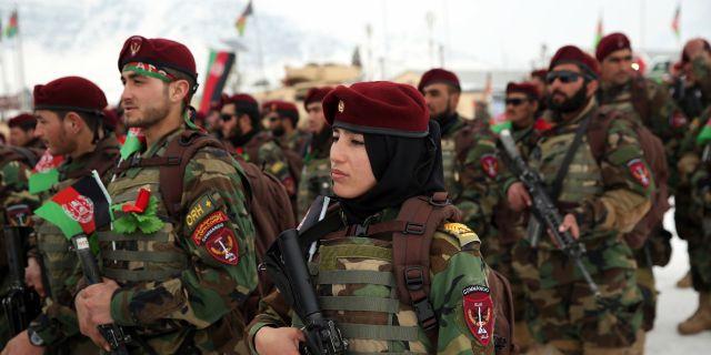 Afghanska kommandosoldater tar examen i utkanten av Kabul. Rahmat Gul / TT NYHETSBYRÅN