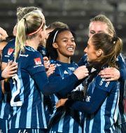 Djurgården firar efter Linda Maserame Motlhalos 2–0-mål mot Uppsala.  Claudio Bresciani/TT / TT NYHETSBYRÅN