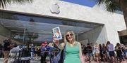 Kvinna köper Iphone X i Apples butik i Miami Beach. Arkivbild. TT