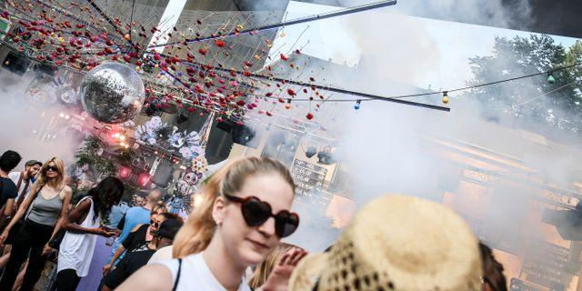 Folk festar och dansar på sommarklubben Trädgården i Stockholm. Helena Landstedt/TT / TT NYHETSBYRÅN