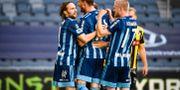 Djurgårdens Erik Berg (mitten) jublar med Kevin Walker och Kalle Holmberg efter sitt 3-1-mål.  Naina Helén Jåma/TT / TT NYHETSBYRÅN