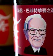 Buffett är en känd coca-cola-drickare samt ägare. Mark Schiefelbein / TT NYHETSBYRÅN