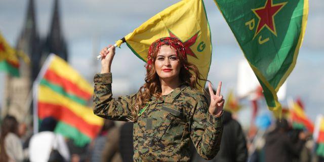 En kurdiska kvinna under en demonstration i tyska Köln.  David Young / TT NYHETSBYRÅN