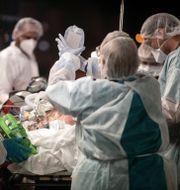 Sjukvårdare i Frankrike. Jean-Francois Badias / TT NYHETSBYRÅN