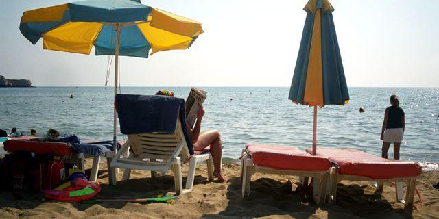 Illustrationsbild: Turister på en strand på grekiska Rhodos. Halvard Alvik / TT NYHETSBYRÅN