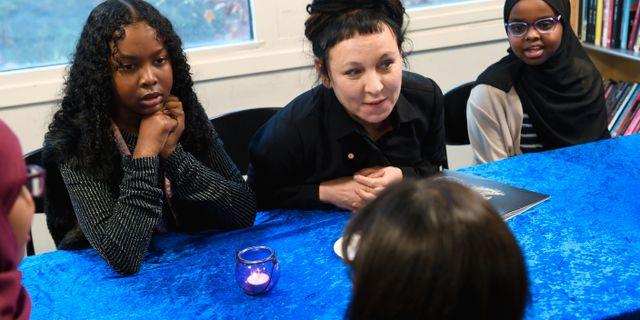 Olga Tokarczuk tillsammans med elever i Rinkeby. TT NEWS AGENCY / TT NYHETSBYRÅN