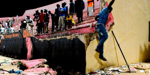 Väggen som rasade under en fotbollsmatch i Dakar.  SEYLLOU / AFP