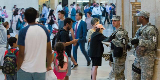 Säkerhetspersonal på flygplatsen efter dådet Mary Altaffer / TT NYHETSBYRÅN