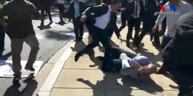 Stillbild ur video som visar hur livvakt sparkar en demonstrant i huvudet