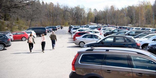 Fullt med bilar på parkeringen vid Hellasgården på en söndag under coronapandemin. Henrik Montgomery/TT / TT NYHETSBYRÅN