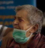 Kvinna i Israel får sin tredje dos vaccin. Maya Alleruzzo / TT NYHETSBYRÅN