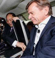 Arkivbild: Li Shufu, ordförande för Geely, och Volvo Cars-vd:n Håkan Samuelsson.  AP PHOTO / TT NYHETSBYRÅN