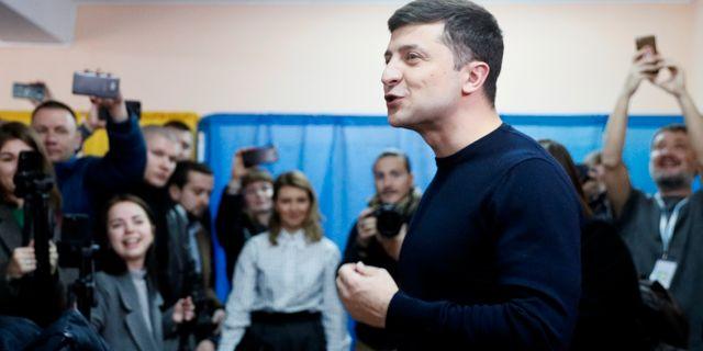 Zelenskij lägger sin röst i Kiev. VALENTYN OGIRENKO / TT NYHETSBYRÅN