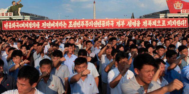 Tiotusentals nordkoreaner samlade vid Kim II Square. Jon Chol Jin / TT / NTB Scanpix