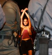 Kvinna demonstrerar framför poliser i Jerusalem.  Oded Balilty / TT NYHETSBYRÅN