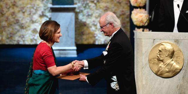 Arkivbild. MIT-ekonomen Esther Duflo tar emot ekonompriset från kung Carl Gustaf under Nobelprisutdelningen i Konserthuset i Stockholm, 10 december 2019.  Henrik Montgomery/TT / TT NYHETSBYRÅN