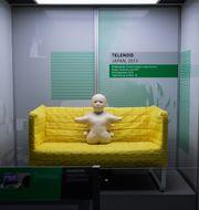 """I en gul soffa på Tekniska museet sitter en """"Telenoid"""", en telefonavatar och ett slags fysisk ersättare för personen i andra änden av ett telefonsamtal. Adam Wrafterl/SvD/TT"""