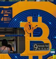 Illustrationsbild: Bitcoin-reklam på en spårvagn i Hongkong.  Kin Cheung / TT NYHETSBYRÅN