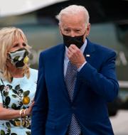 Chris Alexander (t v), Joe Biden och hustrun Jill Biden (t h). TT