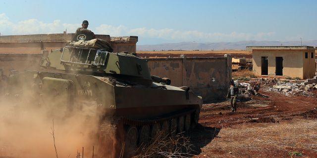 En syrisk stridsvagn kör i Khan Sheikhun. TT/ AFP