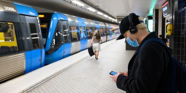 En person med anisktmask på T-centralen i Stockholm.  Henrik Montgomery/TT / TT NYHETSBYRÅN