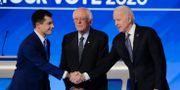 Pete Buttigieg och Joe Biden skakar hand framför Bernie Sanders. Charles Krupa / TT NYHETSBYRÅN