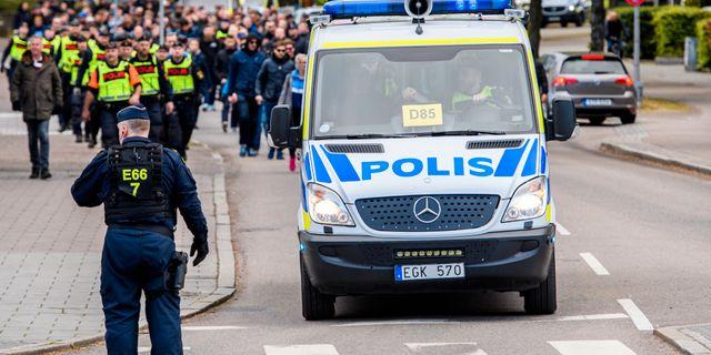 Arkivbild. Djurgårdens supportrar anländer i sällskap av polis inför fotbollsmatchen i Allsvenskan mellan Helsingborg och Djurgården den 6 maj 2019 i Helsingborg. PETTER ARVIDSON / BILDBYRÅN