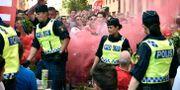 Polis tar bengal från Manchester Uniteds fans i Stockholm på onsdagen. Martin Meissner / TT / NTB Scanpix