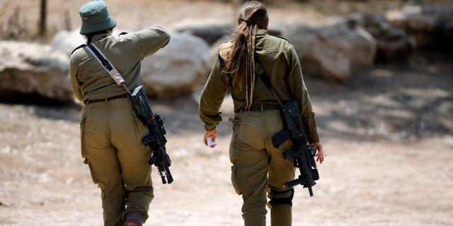 Israeliska soldater på Israels sida av gränsen på tisdagen.  AMIR COHEN / TT NYHETSBYRÅN